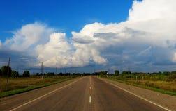 Huvudväg i sommaren Arkivfoton