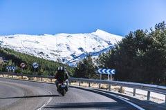 Huvudväg i Spanien till berg Sierra Nevada med sparkcykeln och passagerare royaltyfri bild
