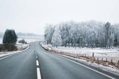 Huvudväg i vinter Arkivbild