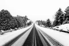 Huvudväg i vinter med ledstänger royaltyfria foton