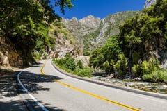 Huvudväg 180, konungkanjonnationalpark, Kalifornien, USA Arkivbild
