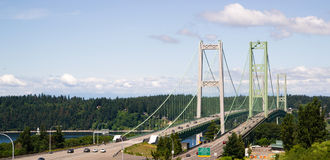 Huvudväg 16 korsa Puget Sound över bron för Tacoma trångt pass royaltyfria bilder