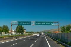 Huvudväg med blå himmel nära Roma och Caserta, Italien Arkivbilder
