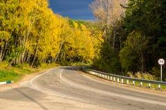 Huvudväg med en härlig vänd royaltyfri fotografi
