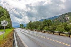 Huvudväg med tecknet Arkivbild