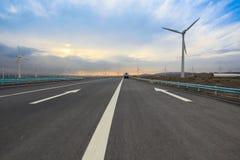 Huvudväg med windturbiner Royaltyfri Bild