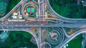Huvudväg motorväg, Motorway, avgiftväg på natten, flyg- sikt in royaltyfria bilder