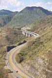 Huvudväg och berg Arkivbild
