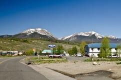 Huvudväg och berg i bakgrunden fotografering för bildbyråer