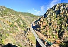 Huvudväg och järnväg korsning Despenaperros nationalpark i Nort arkivfoto