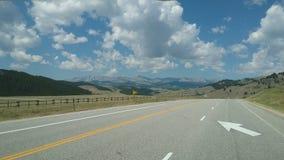 Huvudväg och moln Arkivfoto