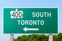 Huvudväg 400 och Toronto tecken Royaltyfri Bild