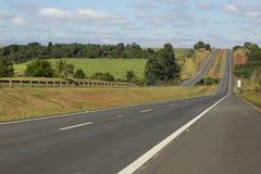 Huvudväg på en härlig solig dag, huvudväg Castelo Branco royaltyfri bild