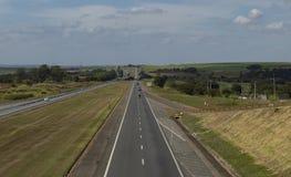 Huvudväg på en härlig solig dag, huvudväg Castelo Branco arkivbild