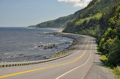 Huvudväg 132 på kusten av helgonet Lawrence River i Quebec, Kanada Royaltyfri Foto
