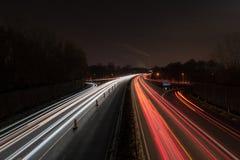 Huvudväg på natten fotografering för bildbyråer