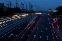 Huvudväg på natten Arkivfoto