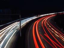 Huvudväg på natten Arkivbild
