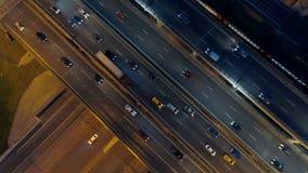 Huvudväg på natten, förbigå för bilar Intensiv vägtrafik lager videofilmer
