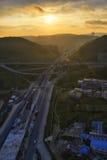 Huvudväg på soluppgång Arkivbild