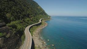 Huvudväg på viadukten vid havet Filippinerna Luzon Royaltyfri Bild