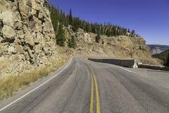 Huvudväg som leder till och med Yellowstone Royaltyfria Bilder