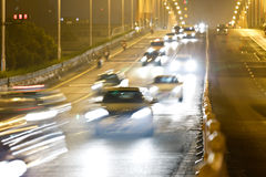 Huvudväg som rusar bilen på natten Arkivfoton