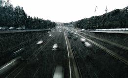 Huvudväg under en storm arkivbild