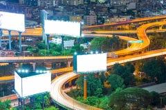 Huvudvägaffischtavlan i staden Arkivfoto