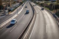 Huvudvägasfalttvåvägsväg med bilar och lastbilar arkivbild