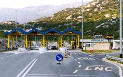 Huvudvägavgiftport på den kroatiska vägen Royaltyfri Bild