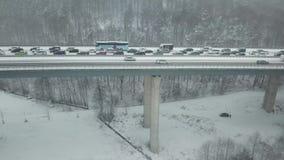 Huvudvägbro under ett tungt snöfall stock video