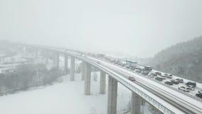 Huvudvägbro under ett tungt snöfall arkivfilmer