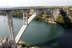 Huvudvägbrokorsning flod Krka i Kroatien Royaltyfria Foton
