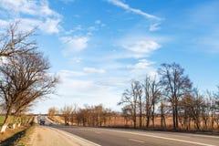 Huvudvägen i landsområde i tidig vår Royaltyfria Foton