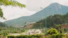 Huvudvägen med trafik på vägen till staden av Dalat vietnam arkivbilder