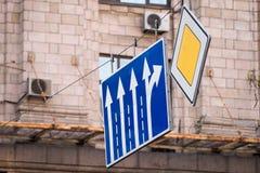 Huvudvägen och riktningstrafiktecken royaltyfria bilder