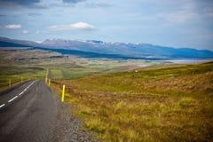 Huvudvägen till och med isländska landskap Fotografering för Bildbyråer