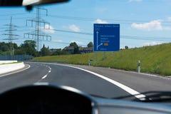 Huvudvägen undertecknar in Tyskland arkivbilder
