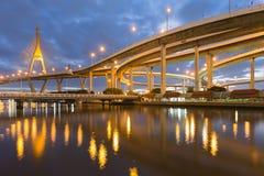 Huvudvägen utbytte planskilda korsningen förbinder till upphängningbron Royaltyfri Foto