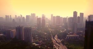 Huvudväggenomskärning och skyskrapor på skymning lager videofilmer