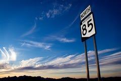 Huvudvägmarkör i den Arizona öknen på solnedgången Royaltyfria Bilder