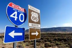 Huvudvägmarkörer på historisk huvudväg 66 och mellanstatliga 40 i de amerikanska sydvästerna royaltyfria bilder
