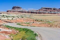 Huvudvägspring till och med färgrik målad öken i centrala Utah nära Canyonland Zion Bryce och elakt trolldalen Royaltyfri Bild