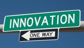 Huvudvägtecken för INNOVATION och EN VÄG arkivbild