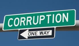 Huvudvägtecken för KORRUPTION och EN VÄG royaltyfri fotografi