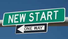 Huvudvägtecken för NY START och EN VÄG royaltyfria foton