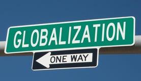 Huvudvägtecken med GLOBALISERING och EN VÄG royaltyfri fotografi