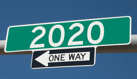 Huvudvägtecken med 2020 och EN VÄG royaltyfri illustrationer