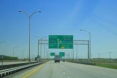 Huvudvägtecken som kommer in i Montreal, Quebec, Kanada arkivfoto